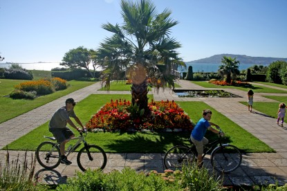 Weymouth & Portland this morning.. Two cyclists wind their way through Sandsfoot Gardens. https://idrismartin.wordpress.com/
