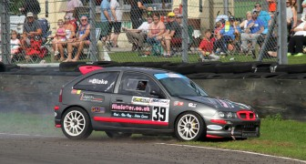 Castle Combe 28/08/2017 Hot Hatch Series. James Blake in his MG ZR 1800 takes a detour into the tyre wall @ Quarry Corner. https://idrismartin.wordpress.com/