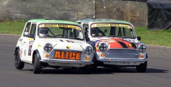 Castle Combe 28/08/2017 @ Quarry Corner. BARC Super Mighty Mini & Mighty Mini Championship. 16 Alice Hughes in her 1300cc mini gives a peck on the Cheek to Mark Burnett 77 also in a 1300cc mini. https://idrismartin.wordpress.com/
