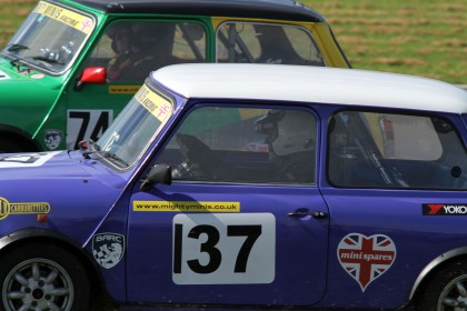 Castle Combe 28/08/2017 @ Quarry Corner. BARC Super Mighty Mini & Mighty Mini Championship. 74 Suzi Inch & 137 Jim Carolan get up close & personal in their Mini 1300's. https://idrismartin.wordpress.com/
