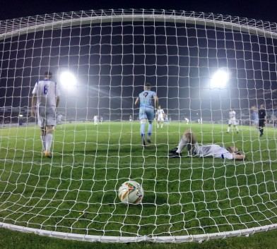Terras striker Ben Thomson seperates two Basingstoke defenders after netting the Terras opener to level the scores at 1 goal each. https://idrismartin.wordpress.com/